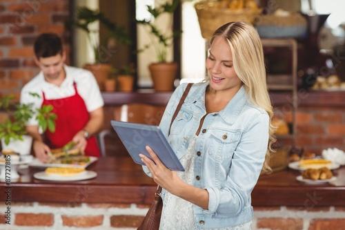 Papiers peints Café en grains Pretty woman using her tablet