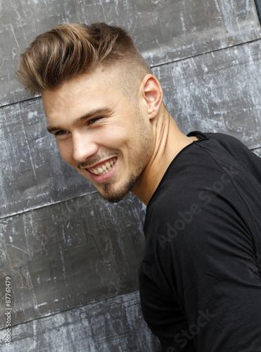 Poster Attraktiver Junger Mann mit Undercut-Frisur lacht