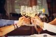 Aperitivo e brindisi con bichieri di vino bianco