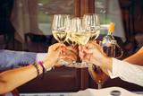 Aperitivo e brindisi con bichieri di vino bianco - 87769635