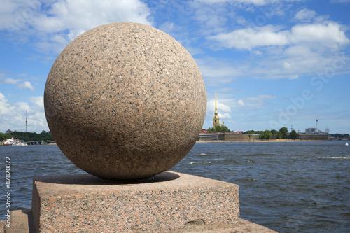 Poster Гранитный шар на фоне Петропавловской крепости