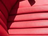 Edles rotes Leder des Fahrersitz eines Roadster Klassikers der Sechziger Jahre in Wettenberg