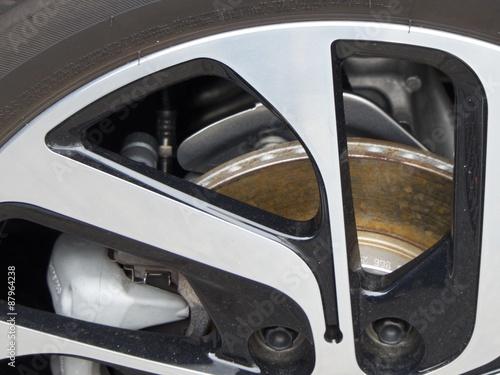 Bremsanlage und Leichtmetallfelge eines neuen Elektroautos aus deutscher Produkt плакат