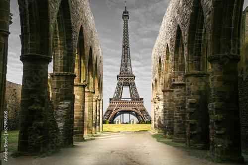 vista della Torre Eiffel da rovine storiche