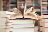 Fototapety aufgeschlagenes Buch auf Bücherstapel