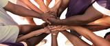 Eine Gruppe von vielfältigen Menschen bildet eine Einheit als Team - 88021688