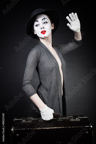 obraz PCV woman mime in hat with suitcase