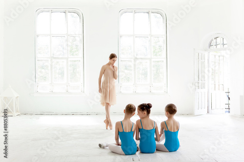 Three little ballerinas dancing with personal ballet teacher in Plakát