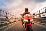 Motocyklista na motocyklu drogowym