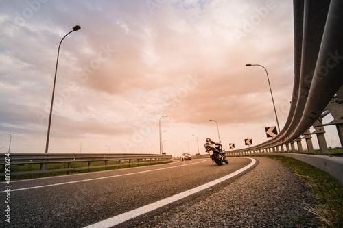 Motociclista su moto da strada Poster