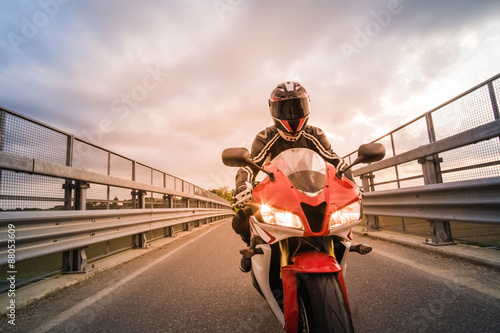Motocycliste sur moto par route Poster
