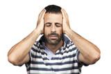 Un uomo durante un attacco di mal di testa