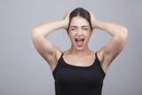 Una giovane ragazza grida