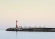 Leinwanddruck Bild - Warten auf den Sonnenaufgang an der Mole