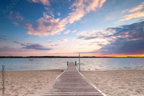 Fototapety, obrazy : langer Holzweg zum See