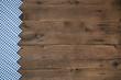 Holz Hintergrund mit blau weiß kariertem Rahmen im antiken Look