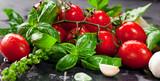 Fototapety Frische tomaten mit basilikum und knoblauch