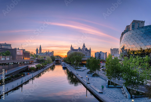 Fotobehang Canada View of Parliament buildings from Plaza Bridge Ottawa during sunset