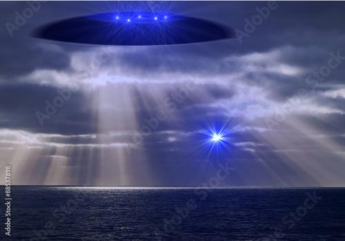 Plexiglas UFO Ufo mit Lichtwesen schickt einen Boten über den Ozean