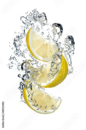 trzy-plasterki-cytryny-wpadnieciem-do-wody