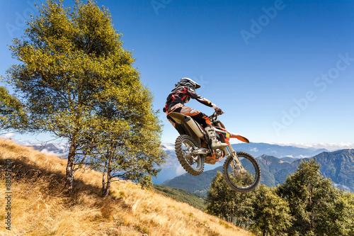 salto con moto da cross in alta montagna
