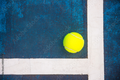 Plakát tennis ball on a tennis court