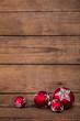 Rote Weihnachtskugeln auf altem Holz Hintergrund zur Dekoration.