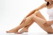 Cellulit. Kobieta sprawdza rozstępy na nogach