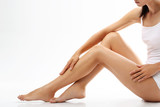 Cellulit. Kobieta sprawdza rozstępy na nogach - 88679474