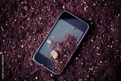 Poster 土で汚れたスマートフォン