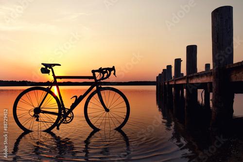Rower szosowy nad jeziorem