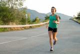 giovane donna che corre per strada