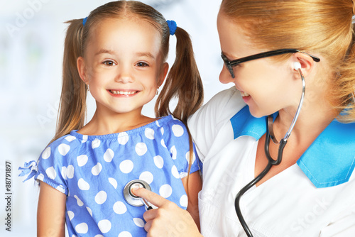 Doctor pediatrician and child patient плакат