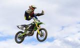 Salto espectacular de supercross