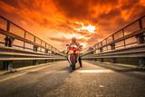 Rower drogi gotowy do rozpoczęcia w czerwonym niebie o zachodzie słońca