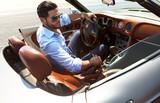 pohledný muž nedaleko vůz luxusního života