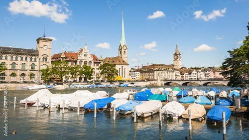 Aluminium Poort Zürich, Altstadt, Stadt, Limmat, Fluss, Stadthausquai, Fraumünster, Kirche, Sankt Peter Kirche, Boote, Sommer, Schweiz