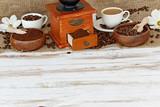 Kaffeemühle mit Kaffeebohnen - 88988039