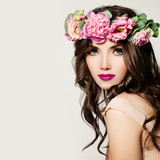 Fototapety Fashion Woman. Girl with Makeup, Curly Hair and Pink Flowers