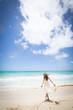 ハワイの海辺でリラックスする女性