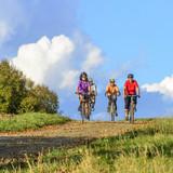 Fototapety Senioren-Radtour in der warmen Herbstsonne