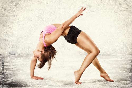 junge bewegliche Frau beim Turnen Poster