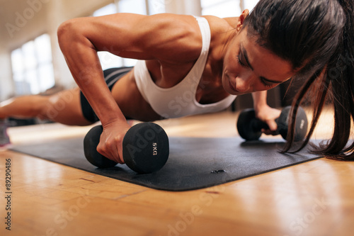 Poster Strong young woman doing push ups