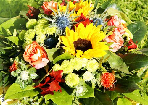 sommerlicher blumenstrau mit sonnenblumen und rosen stockfoto 39 s en rechtenvrije afbeeldingen. Black Bedroom Furniture Sets. Home Design Ideas