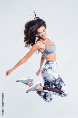 Pełny długość portret uśmiechnięty sport kobiety doskakiwanie
