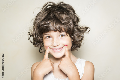 Niña mostrando sonrisa