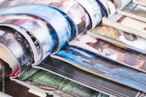 Pile de magazines ouverts colorés. information Poster