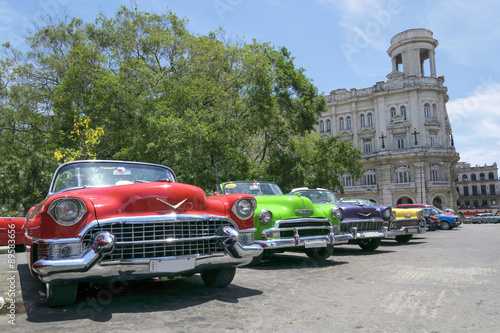 Poster Vintage multi-coloured taxis in Cuba