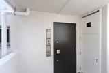 マンション 集合住宅 の玄関とメーターボックス