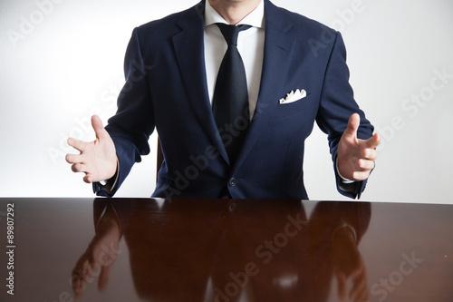 Poster 議論するビジネスマン